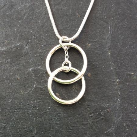 Interlocked rings pendant