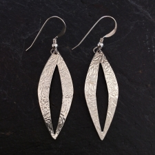 Patterned leaf outline dangle earrings