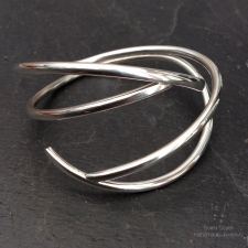Fluid curves bracelet