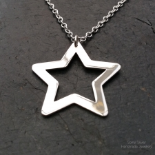 Outline star necklace