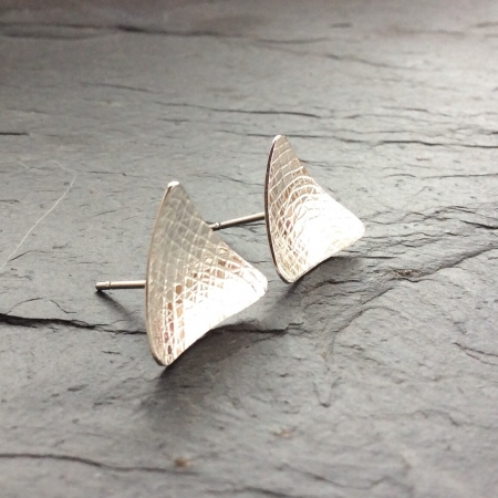 Curved triangle stud earrings